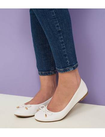 c5e4473e576 Wide Fit White Bow Front Elasticated Ballet Pumps New Look from New Look